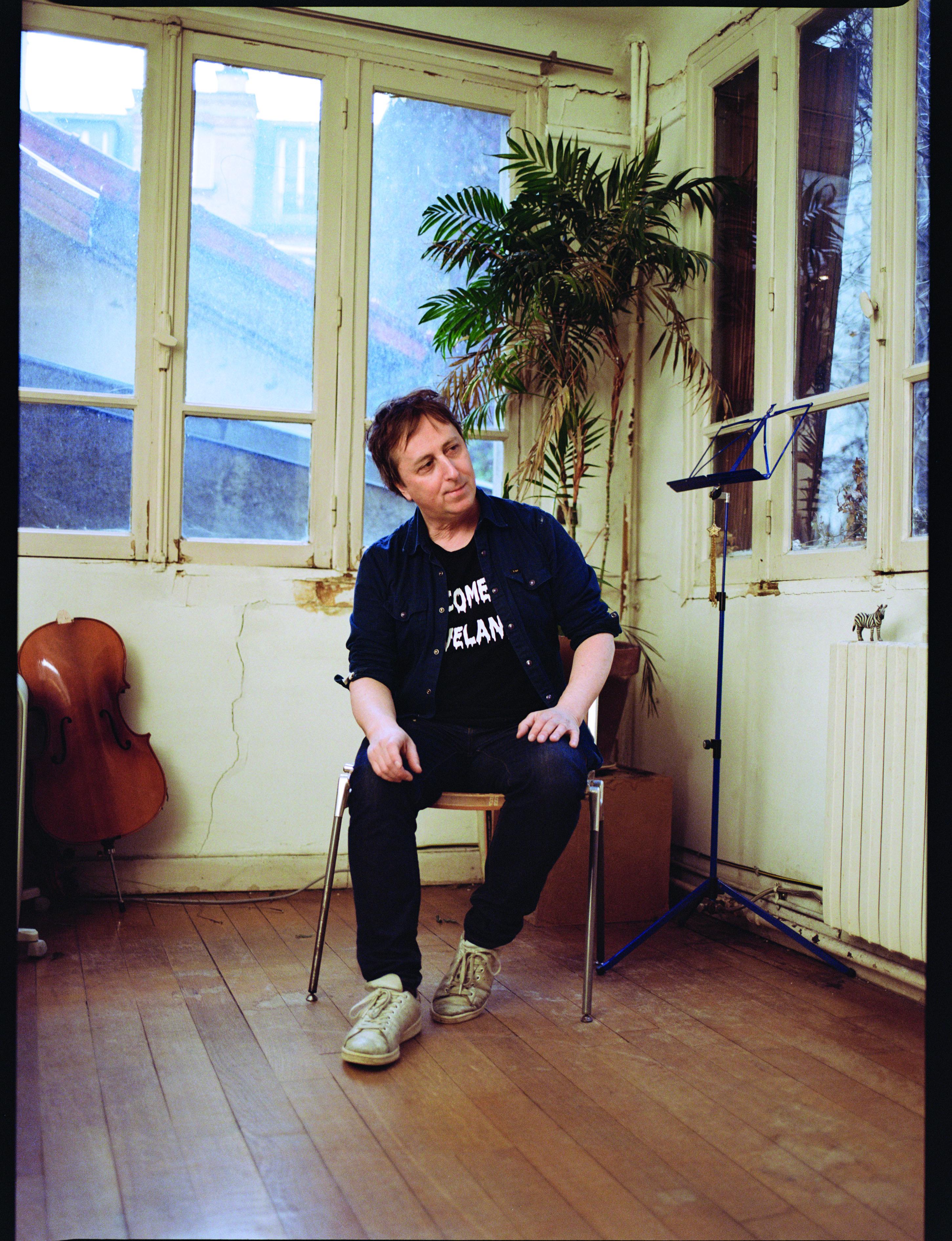 Philippe Quesne, directeur des Amandiers, assis sur une chaise