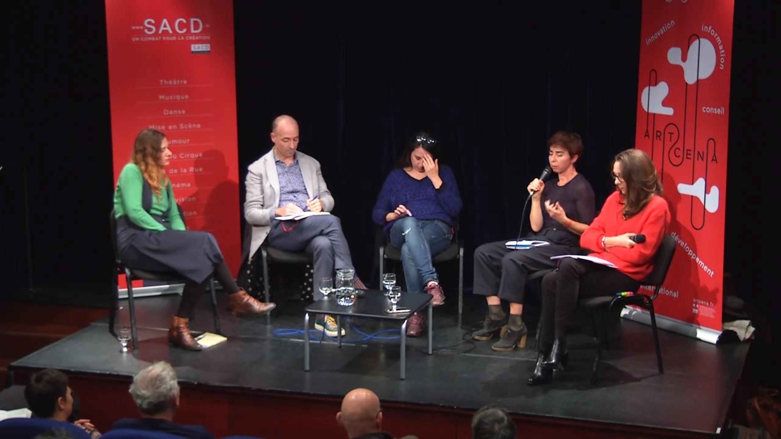 Quatre intervenants sont réunis sur la scène de l'auditorium de la SACD