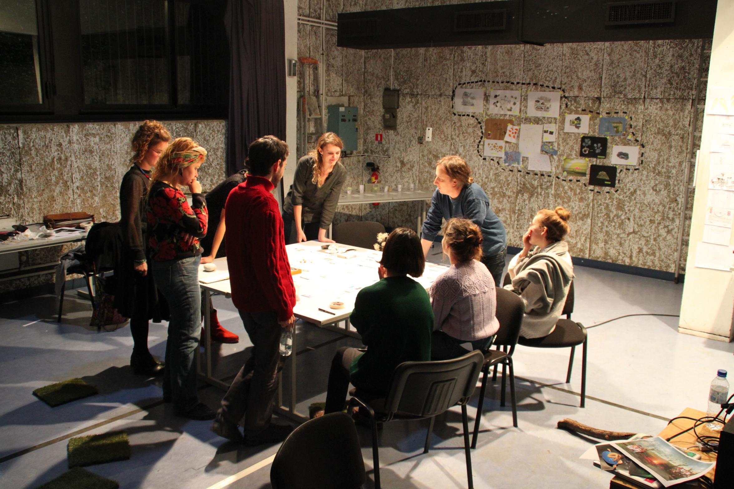 Les étudiants et Philippe Quesne discutent autour d'une table