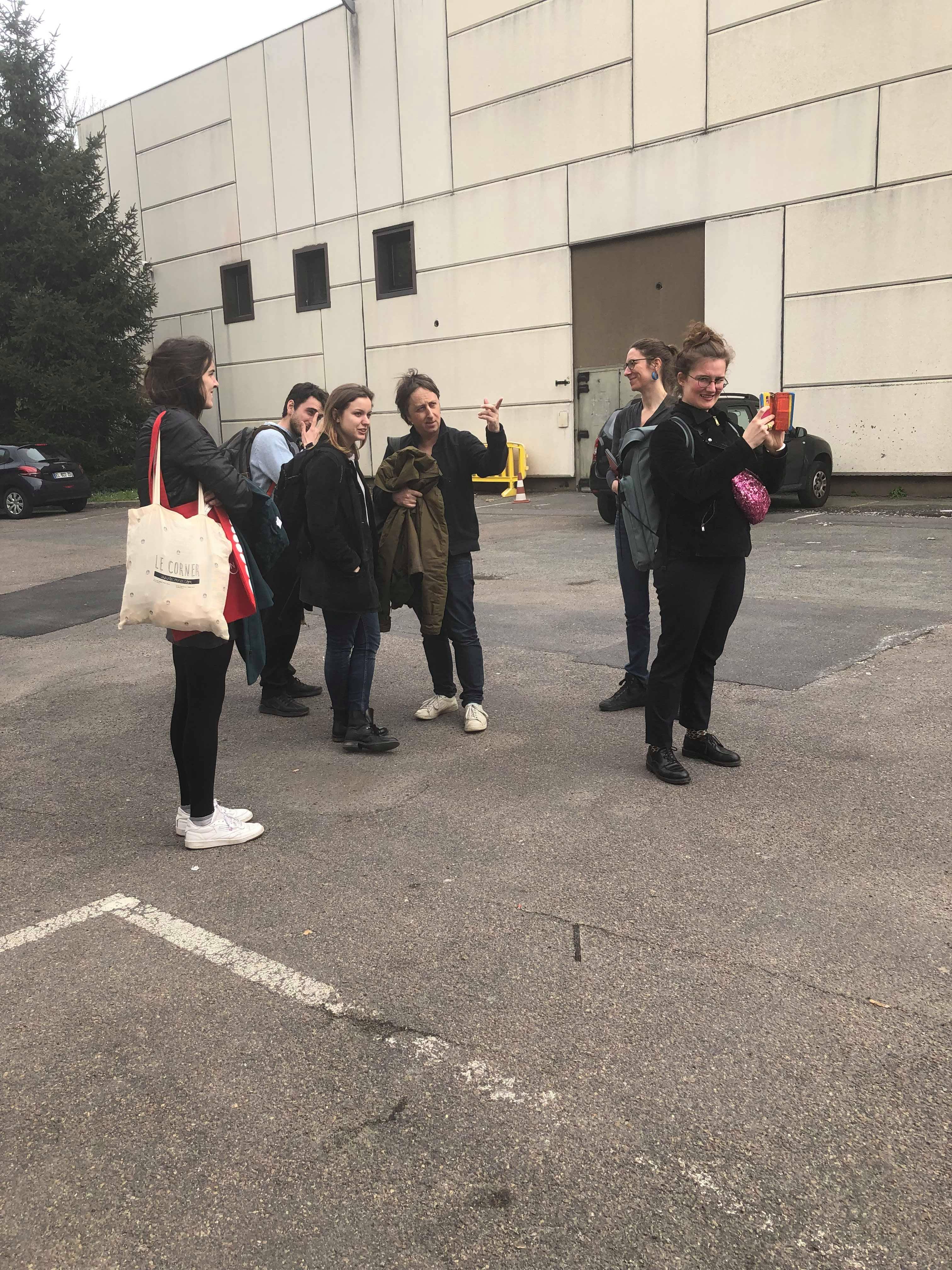 Les étudiants étudient l'espace extérieur des Amandiers