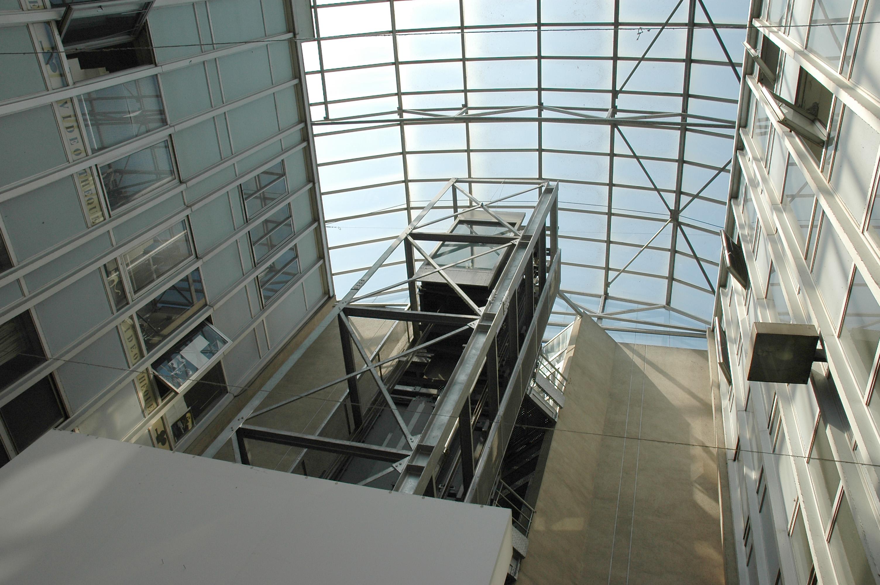 La cour intérieur de l'ENSA Paris-Malaquais et son ascenseur