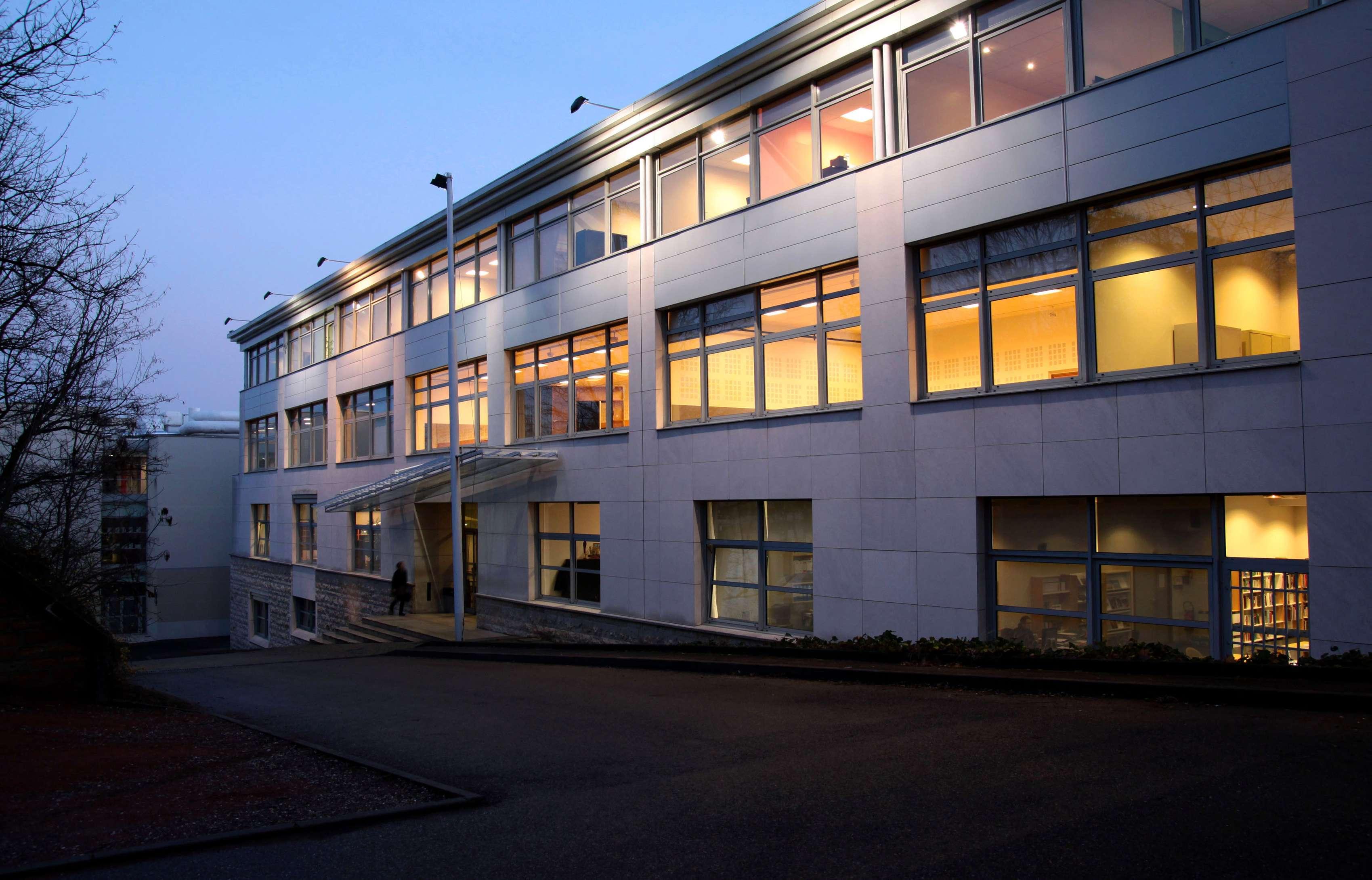 Le bâtiment de l'ENSATT au crépuscule