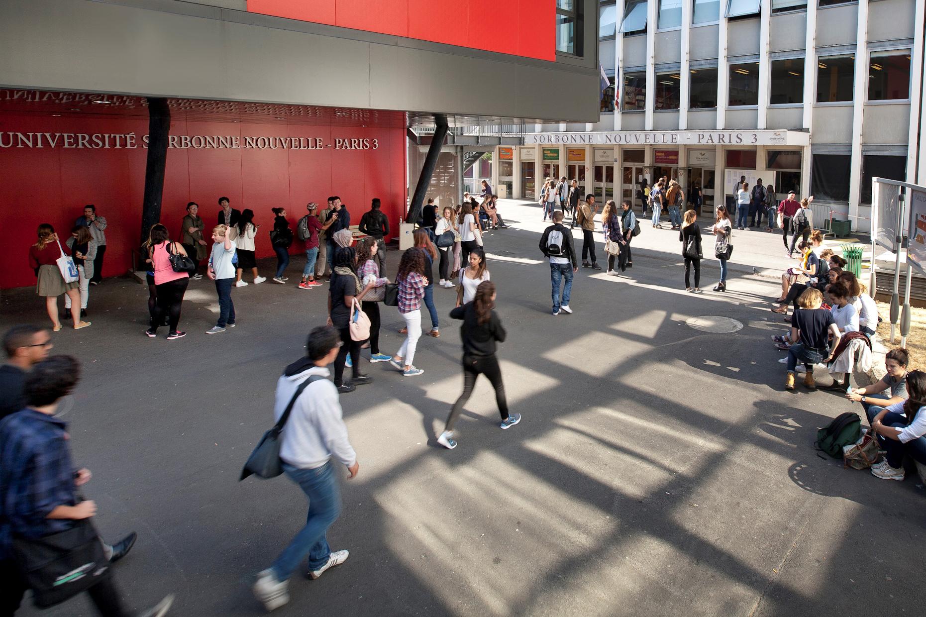 La cour de l'université Sorbonne Nouvelle, pleine d'étudiants