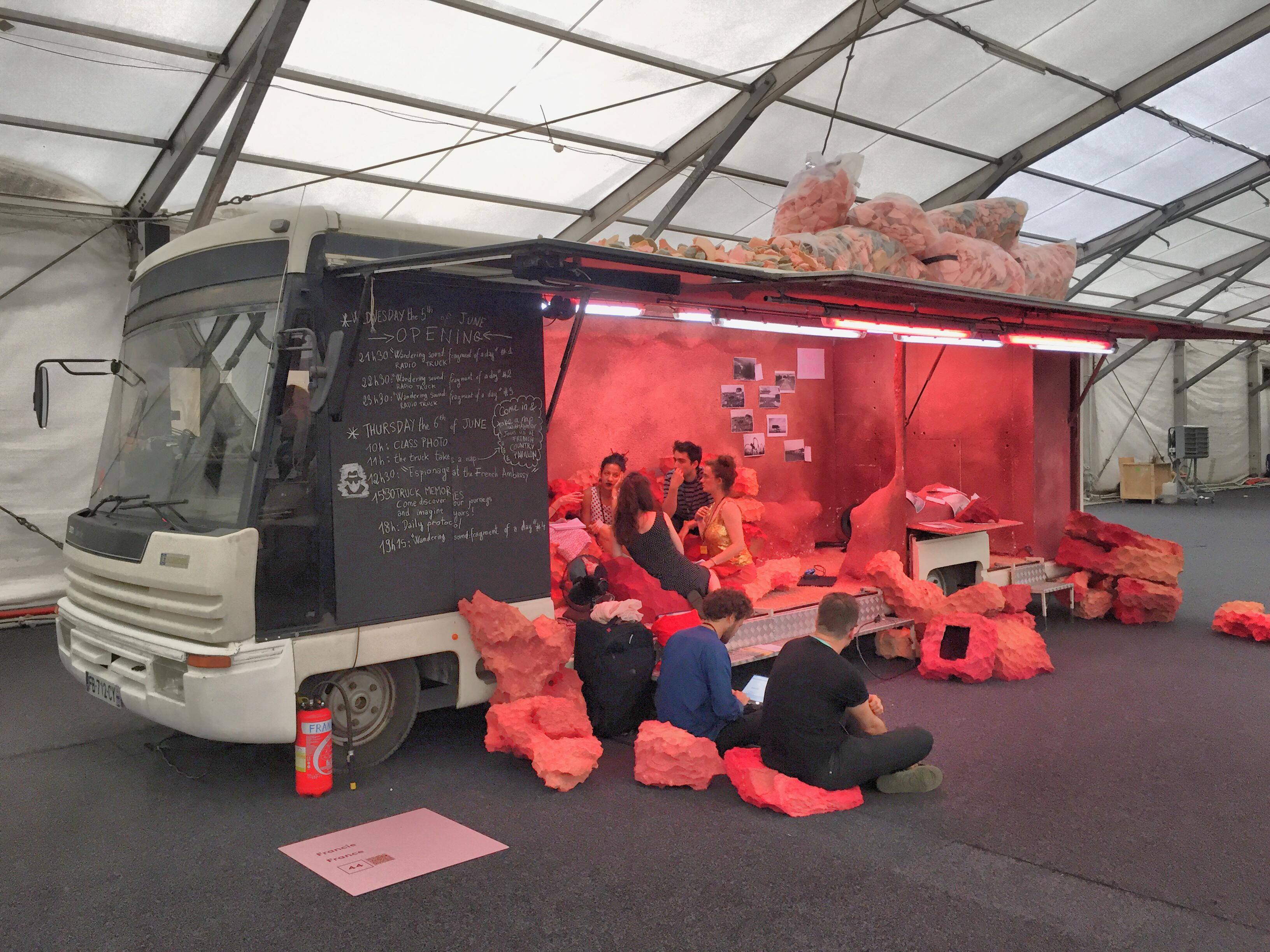 Les étudiants dans le camion-pavillon à Prague