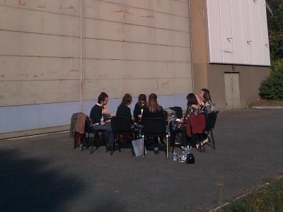 Les étudiants de la neuvième école sont assis dehors, autour de Philippe Quesne