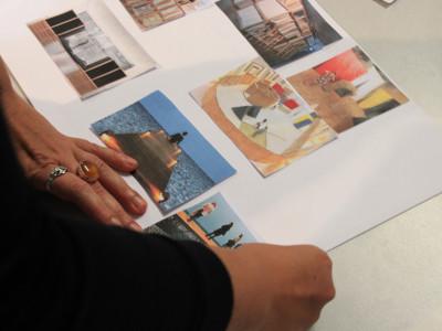 Des images d'inspiration (scénographies) sont étalées sur une table