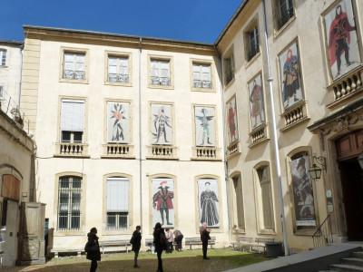 La cour d'entrée de la Maison Jean Vilar