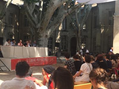 Des intervenants devant du public à Avignon